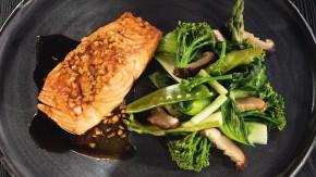 Glazovaný losos v zázvorovo-sójovej omáčke s teplou zelenou zeleninou s hubami