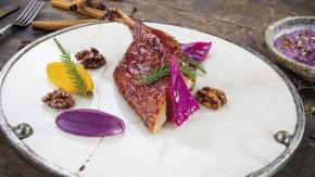 Kačka pečená tradičným orientálnym spôsobom, podávaná s dyňou, červenou kapustou a praženými orechmi