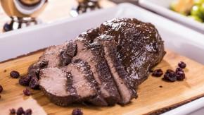 Pečené mäso z jeleňa s tmavou brusnicovou omáčkou a perníkovými kroketami